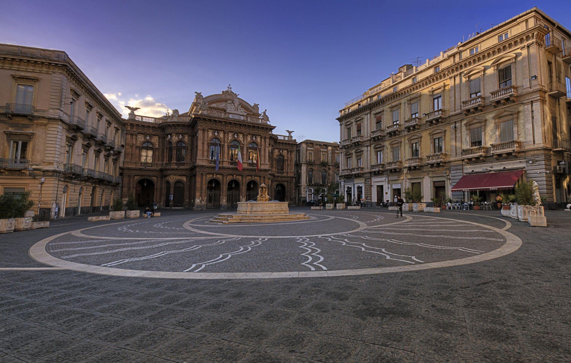 Riqualificazione in pietra lavica di piazza teatro massimo for Arredo in via cavaliere catania